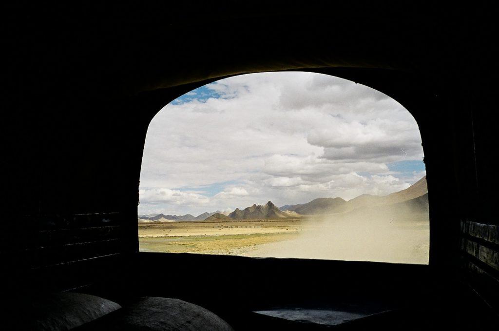 ヒッチハイクしたトラックの荷台から見たチベットの風景