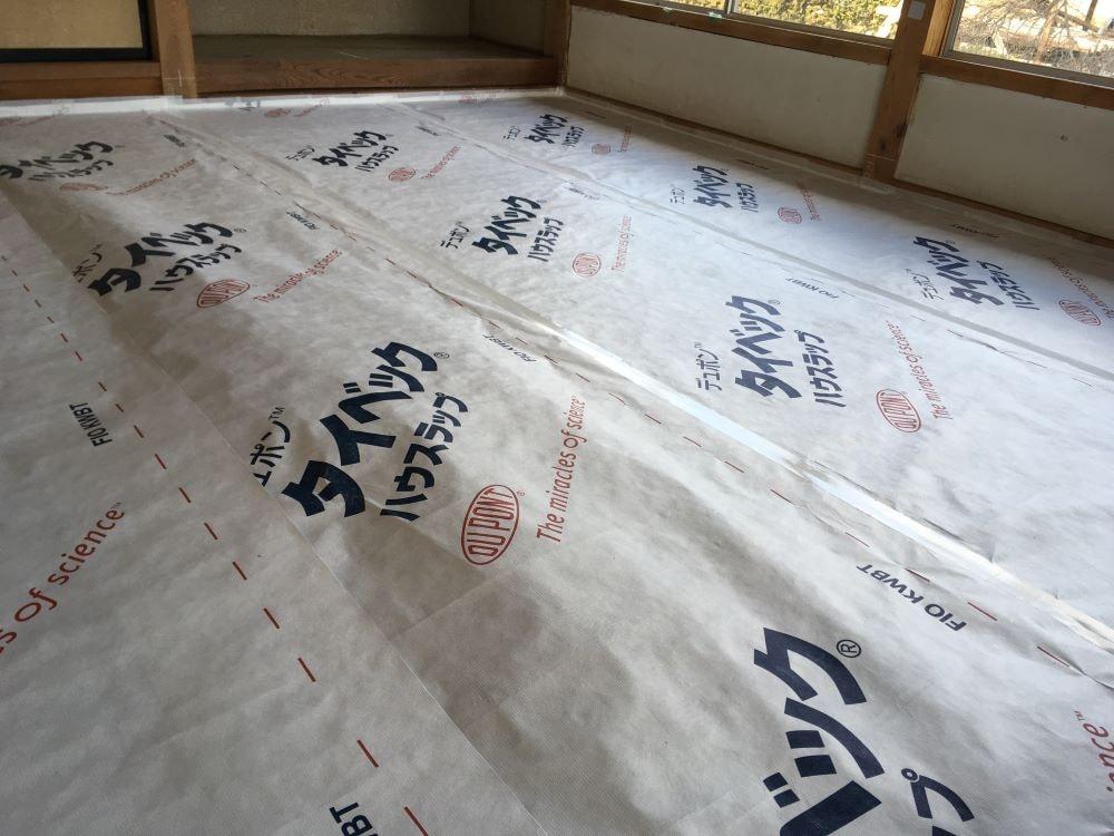 隙間風で膨らむ透湿防水シート「タイベック ハウスラップ」